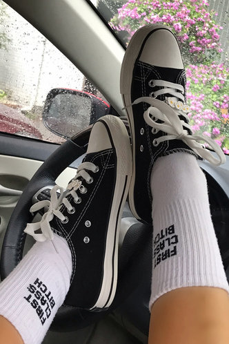 front_Plain Flat Round Toe Black Sneakers