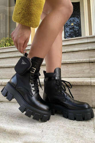 front_Round Toe Black Boots