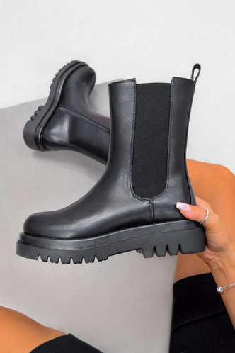 front_Flat Round Toe Black Boots